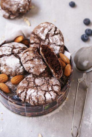 Biscotti con albumi e cacao ricoperti di zucchero a velo