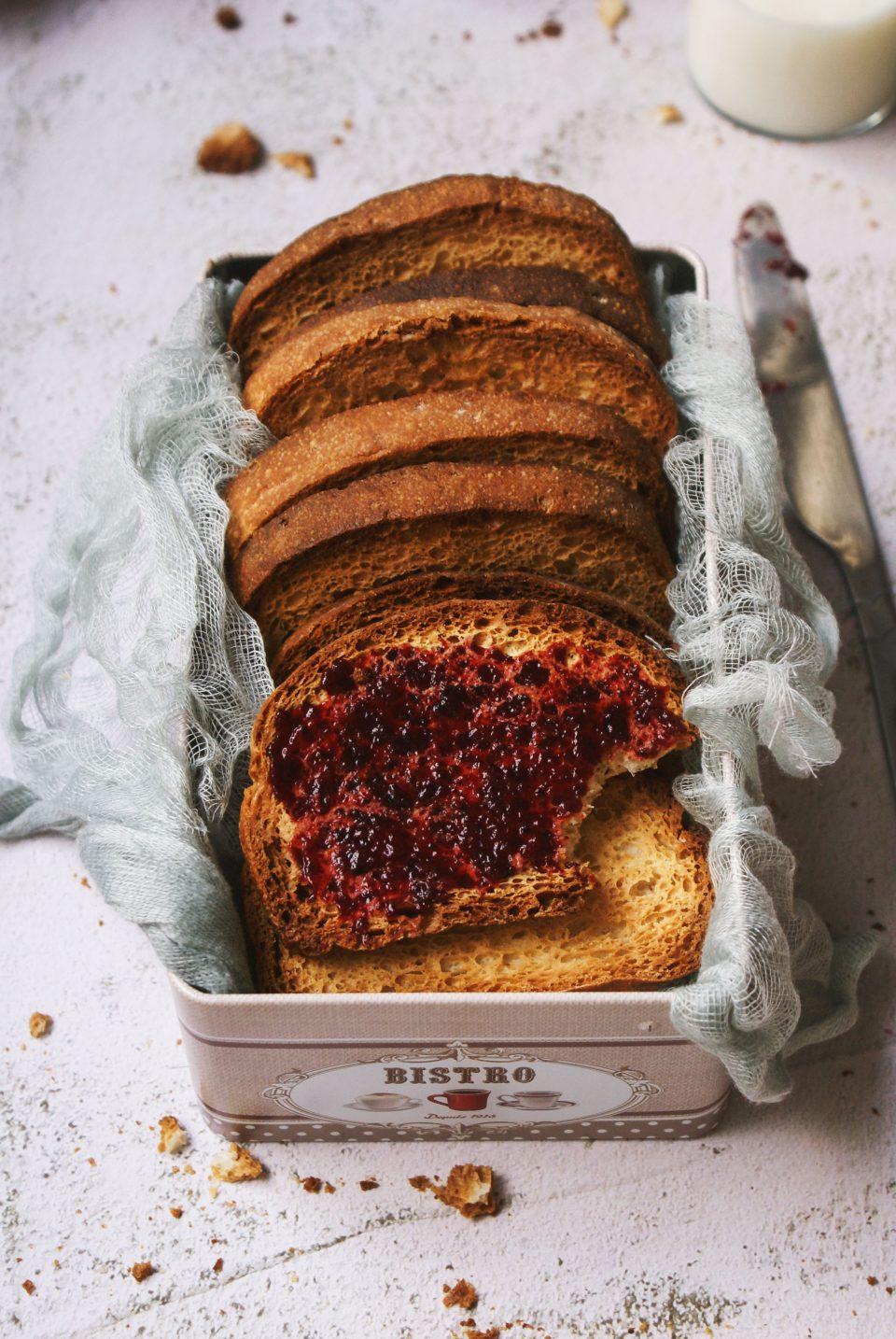 Fette biscottate senza glutine con marmellata di mirtilli