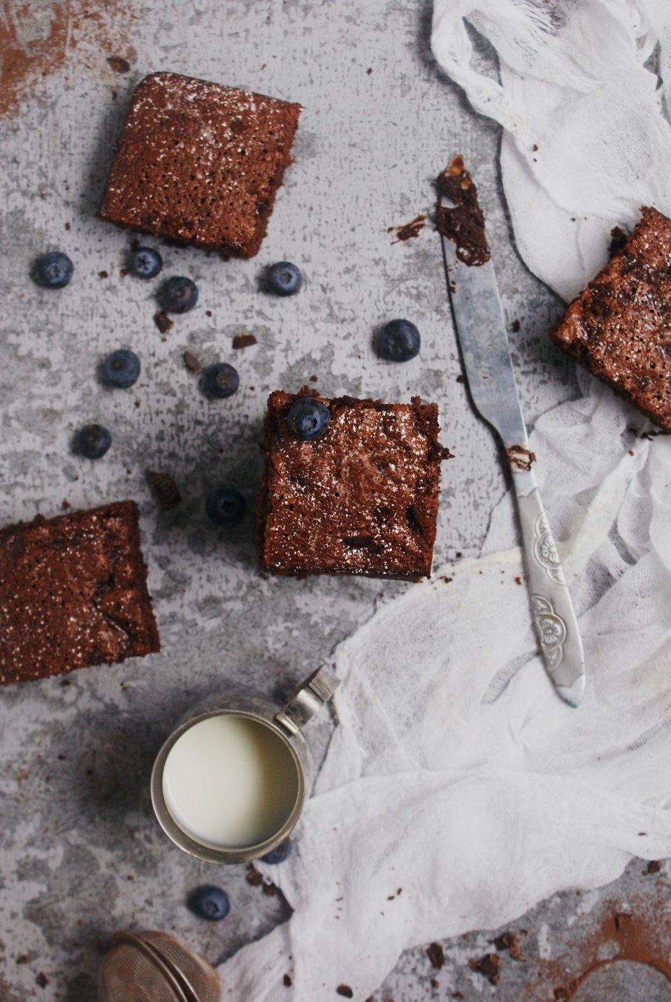 Torta al cioccolato senza glutine con farina di riso e scaglie di cioccolato fondente decorata con zucchero a velo
