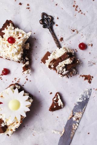 Cream tart senza glutine con dischi di pasta frolla al cacao, crema alla panna e philadelphia e decorazioni fatte di biscotti di frolla al cacao, ribes rossi e margherite