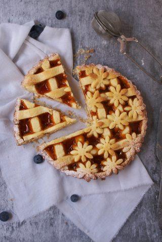 Crostata di pasta frolla senza glutine con farine naturali ripiena di marmellata di albicocche