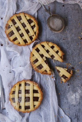 Crostata con farine naturali senza glutine ripiena di crema di nocciole