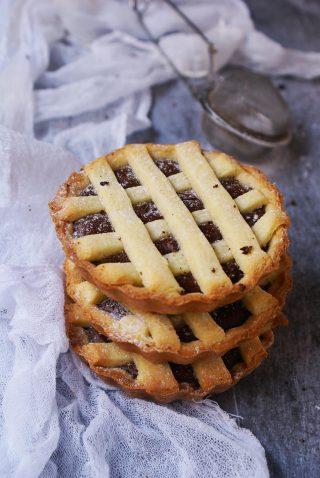 Crostata di pasta frolla senza glutine con farine naturali ripiena di crema di nocciole