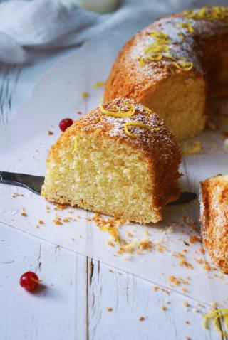 Molly cake senza glutine con zucchero a velo, buccia di limone e ribes rosso