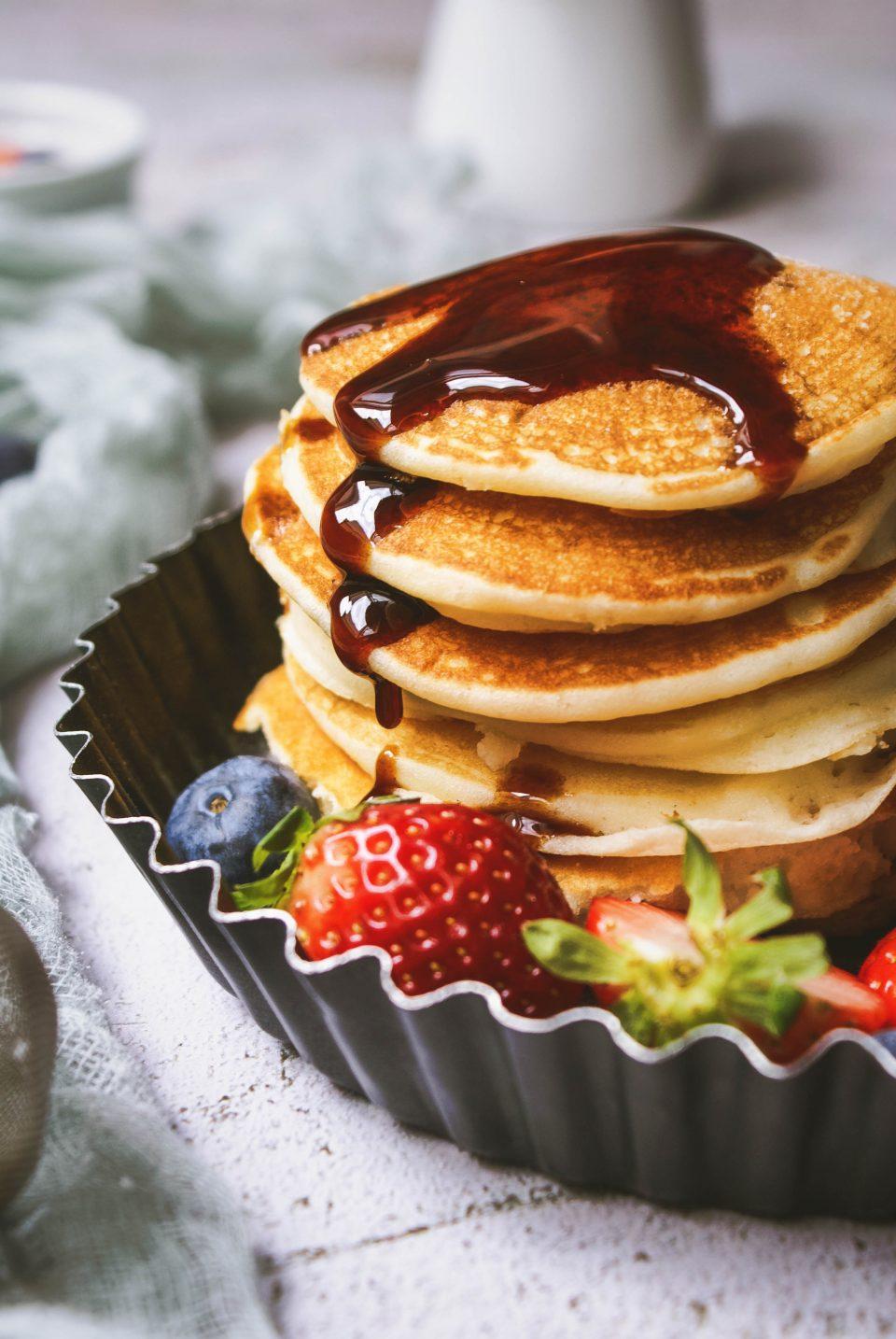 Pancake senza glutine con sciroppo d'acero, fragole e mirtilli