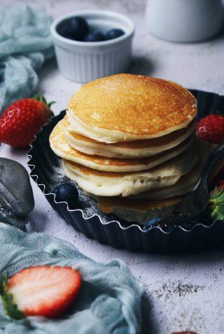 Pancake senza glutine con fragole e mirtilli