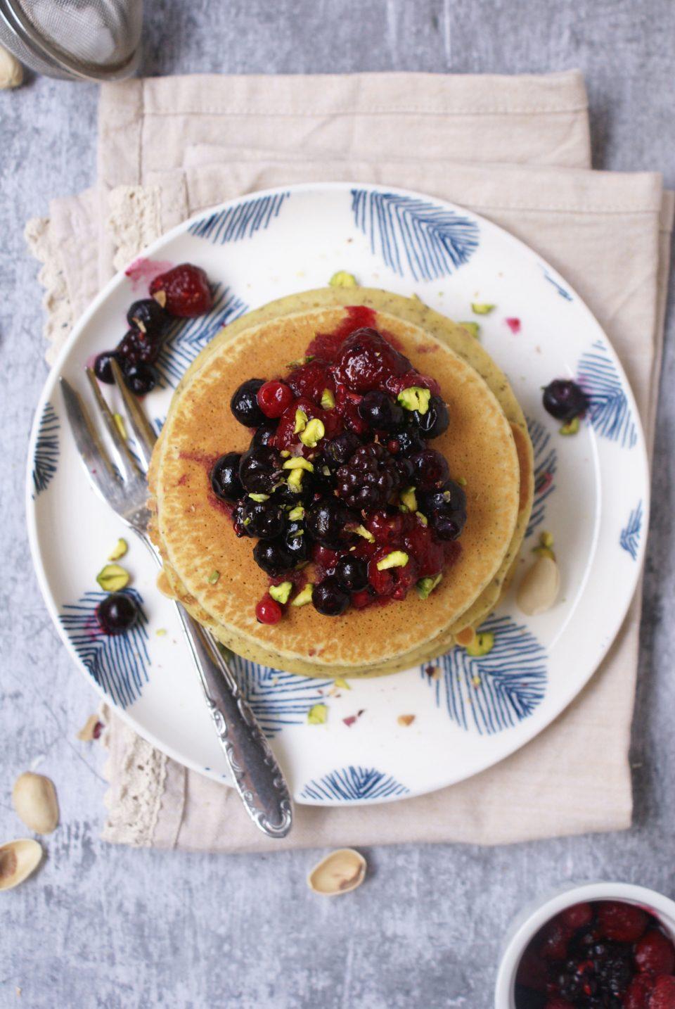 Pancake di grano saraceno senza glutine con frutti di bosco  e pistacchi