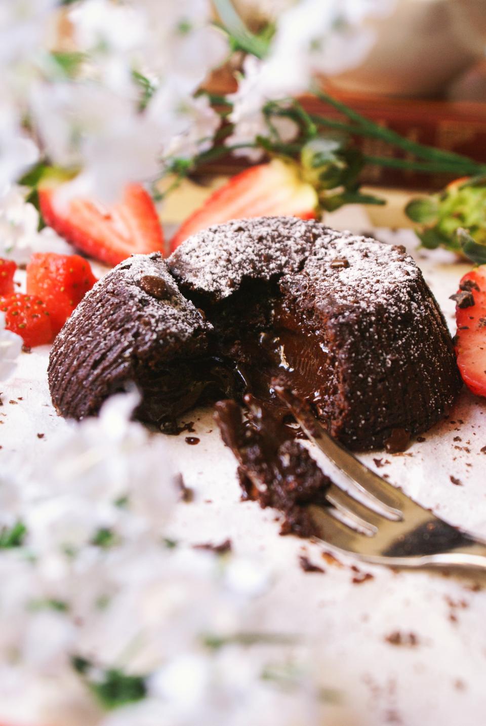 Tortino al cioccolato senza glutine cpm zucchero a velo e fragole