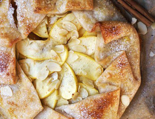 Pasta sfoglia e marmellata con mele e mandorle