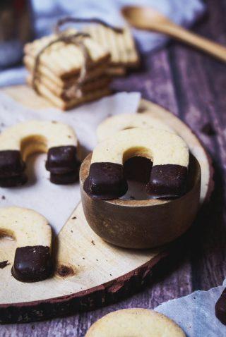 Biscotti con la pasta frolla della crostata  senza glutine  decorati con cioccolato fondente