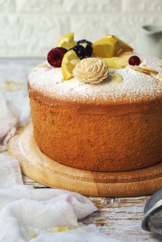 Chiffon cake senza glutine con zucchero a velo e frutti di bosco