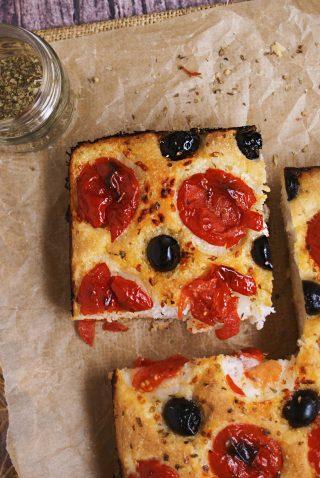 Focaccia senza glutine con pomodorini, origano,olive nere e sale grosso