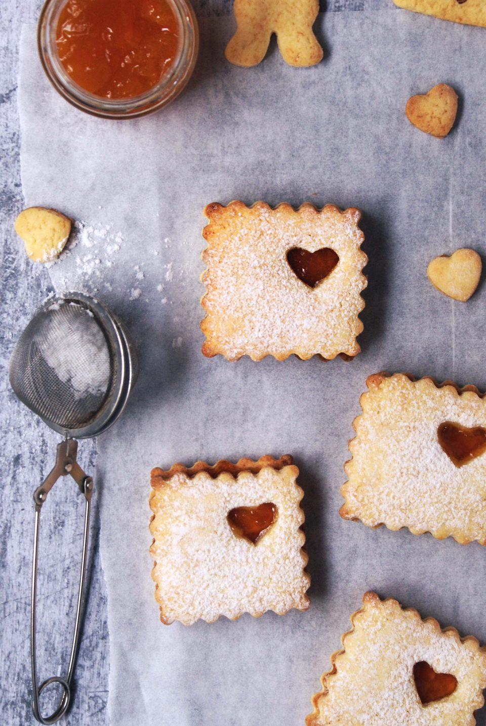 Biscotti con albumi, marmellata di albicocche e zucchero a velo