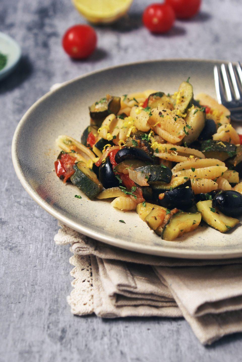 Pasta con zucchine, pomodorini e olive