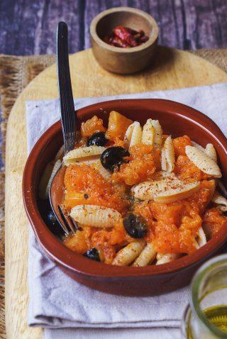Pasta con la zucca, olive e peperoncino