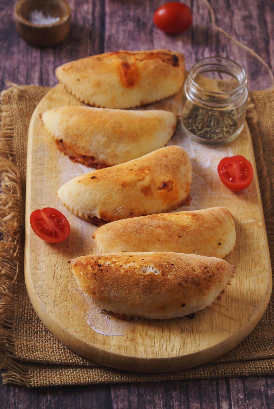 Panzerotti senza glutine cotti al forno ripieni di pomodoro e mozzarella