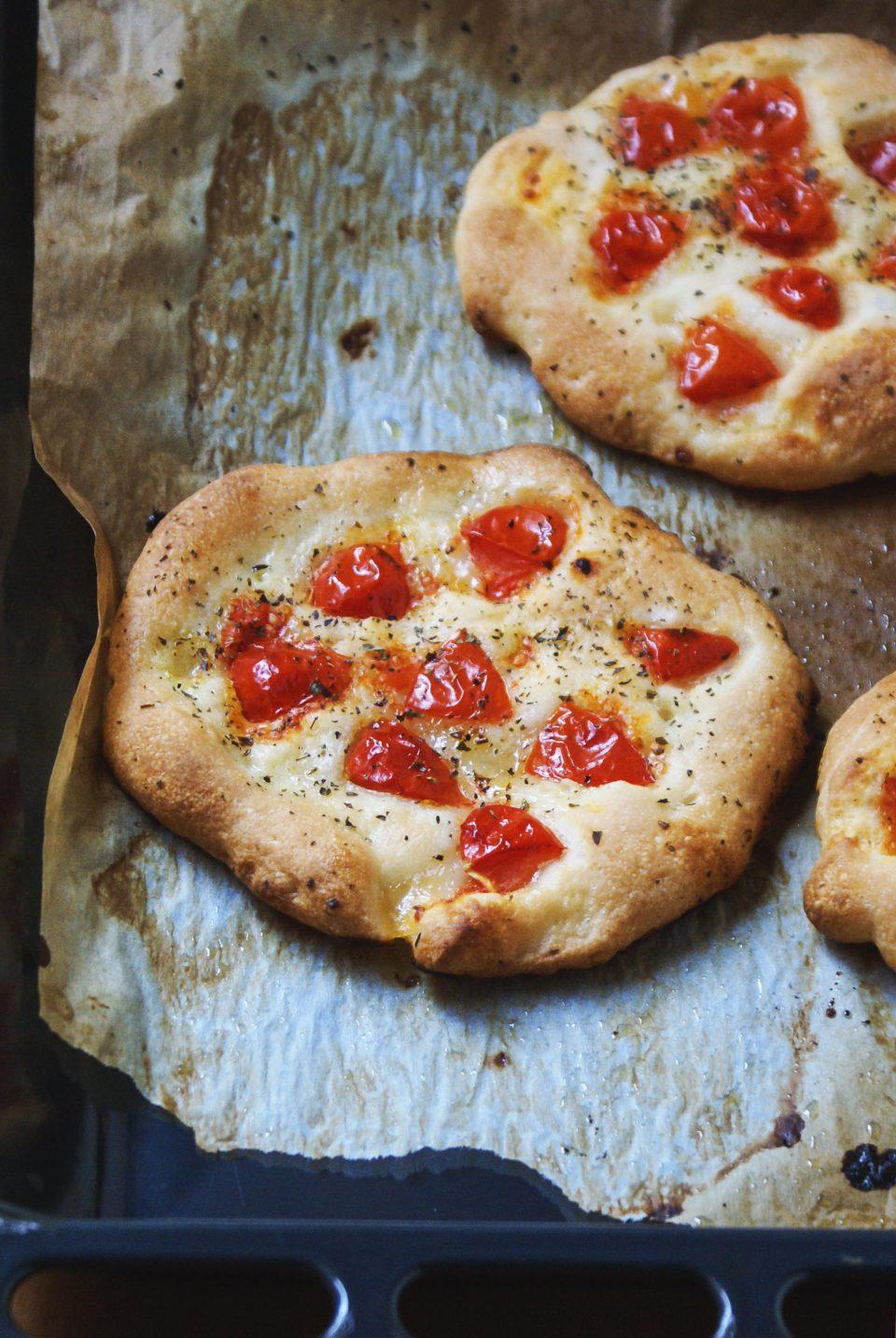 Pizzette senza glutine con pomodori, origano e sale grosso
