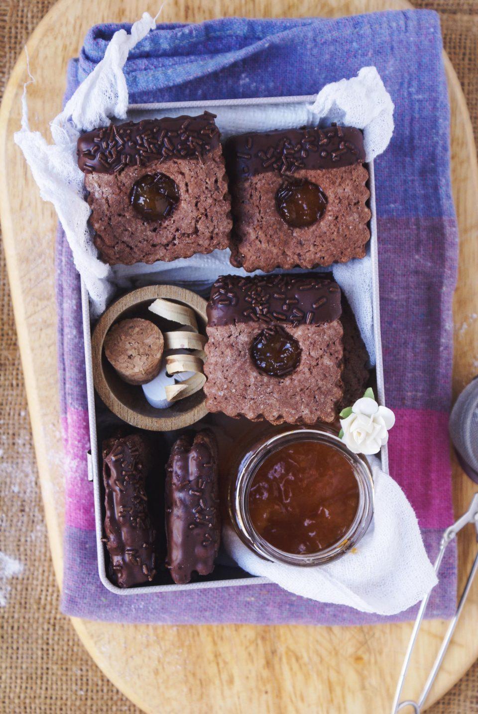 Biscotti sacher senza glutine con marmellata di albicocche e ricoperti di cioccolato fondente