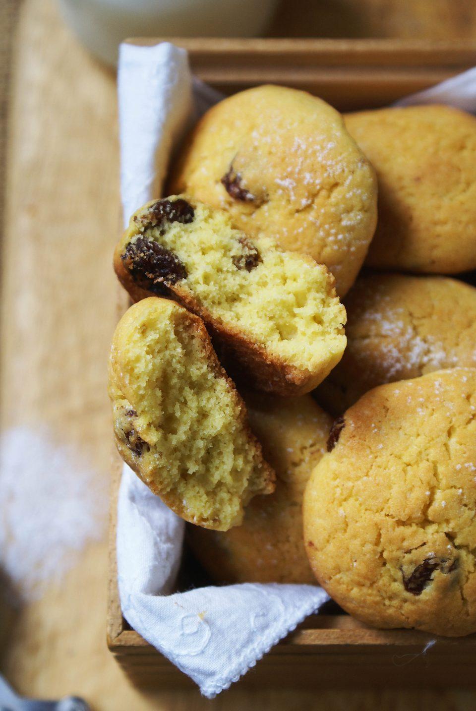 Biscotti con farina di mais all'uvetta