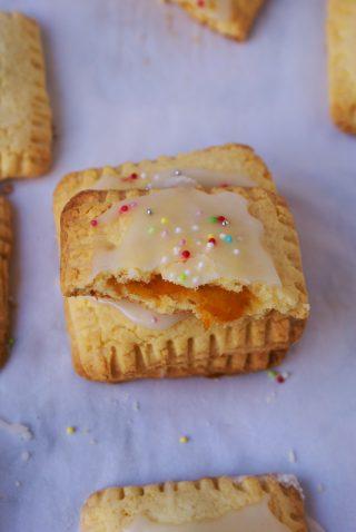 Biscotti ripieni di marmellata con glassa