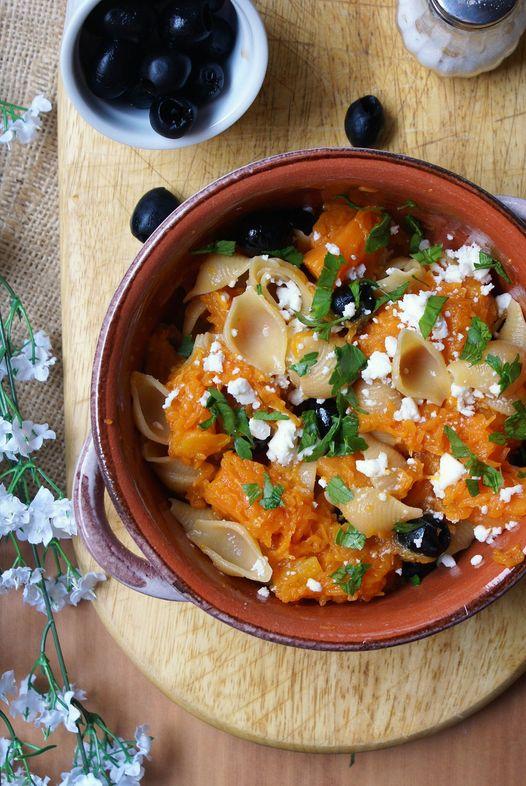 Pasta con zucca, olive e formaggio