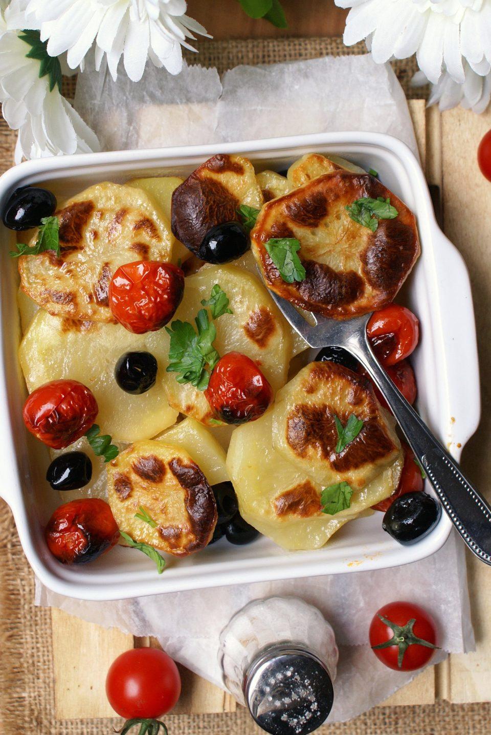 Patate al forno con pomodori e olive nere