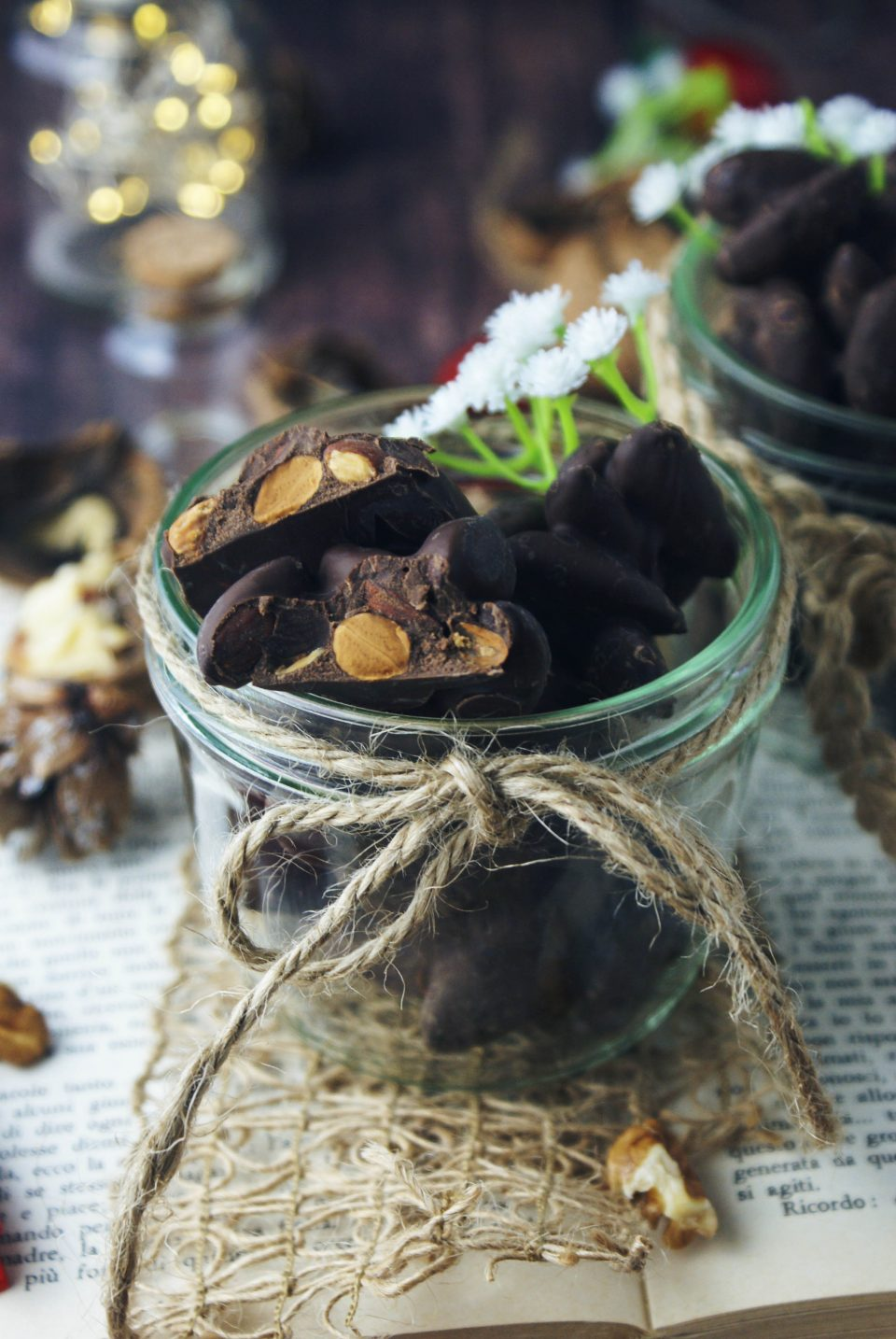 Mandorle atterrate: versione moderna della ricetta pugliese con mandorle ricoperte di cioccolato
