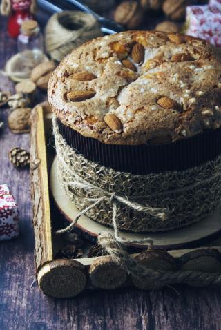 Panettone senza glutine fatto in casa con uvetta e glassa alle mandorle