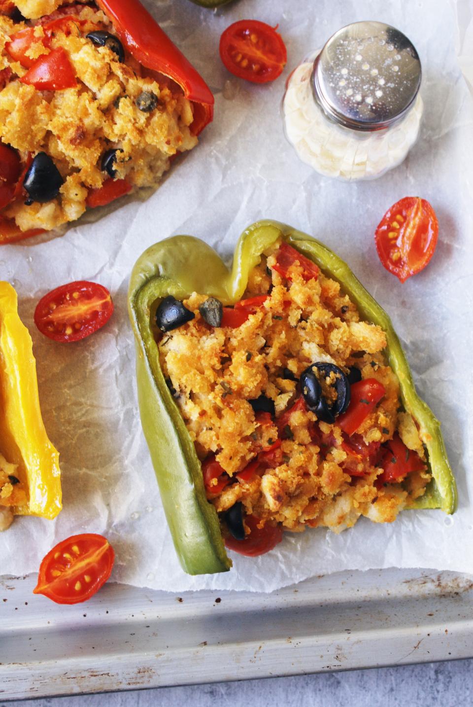 Peperoni ripieni di pane, olive, pomodori e capperi