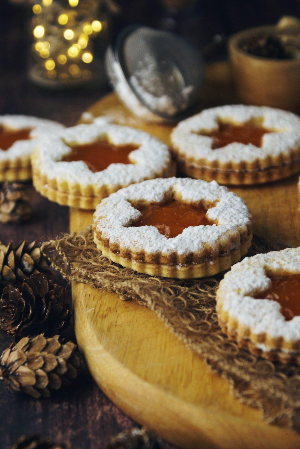 Biscotti occhio di bue, biscotti ripieni di marmellata di albicocche
